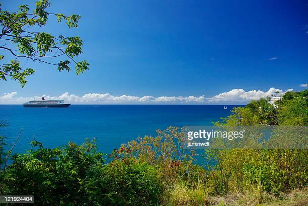クイーンメアリー 2 セーリングの海岸から st .lucia - rms クイーン メアリー 2 ストックフォトと画像