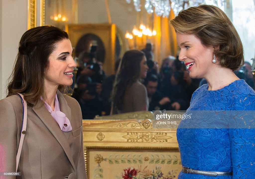 Queen Mathilde of Belgium (R) welcomes Jordan's Queen Rania (L) before a meeting in Brussels on January 12, 2016. / AFP / JOHN