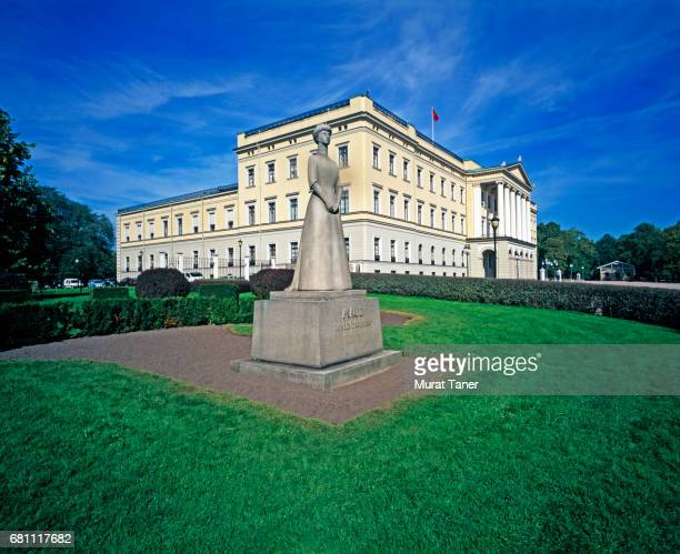 queen maud statue at oslo royal palace - royal palace oslo stock pictures, royalty-free photos & images