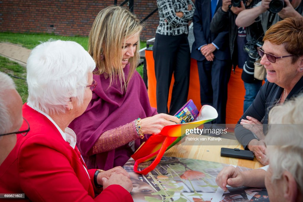 Queen Maxima Of The Netherlands Gives Start Signal For Neighbours' Day In Nieuw-Buinen : Nieuwsfoto's