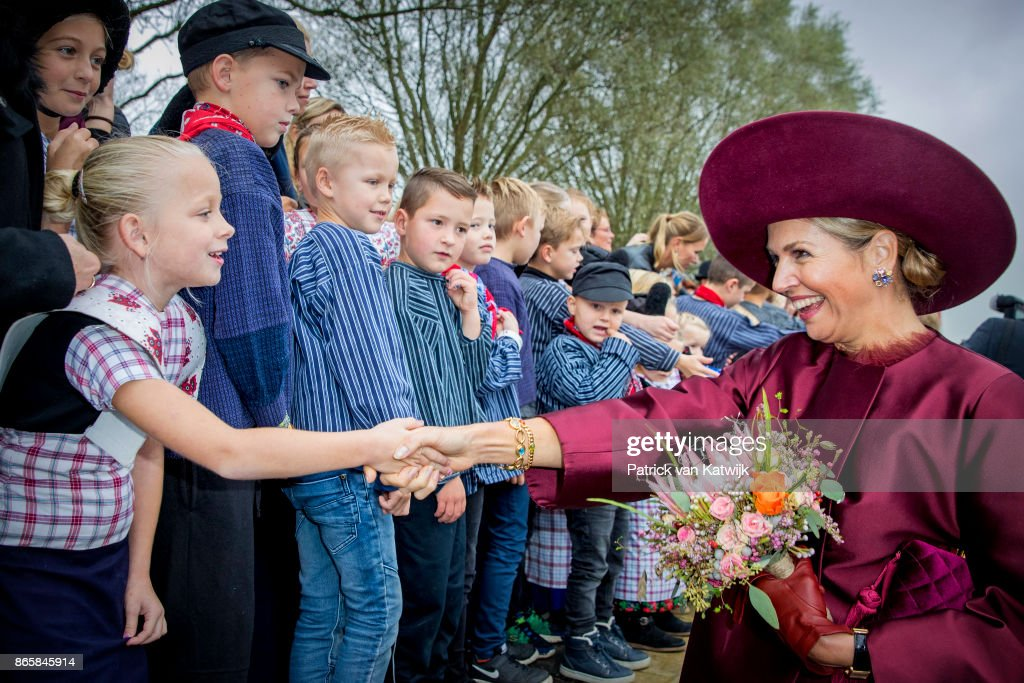 King Willem-Alexander and Queen Maxima of The Netherlands Visit The Eemland : Nieuwsfoto's