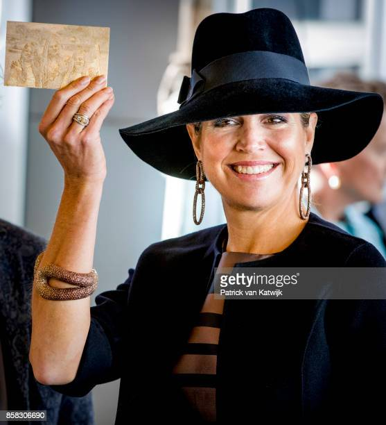 Queen Maxima of The Netherlands with a 3D picture of her daughters during her visit to the 5th Teachers' Congress on October 5 2017 in Amersfoort...