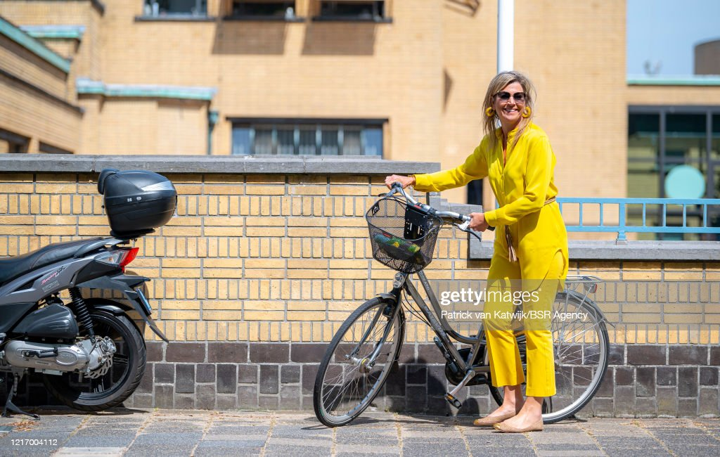 Queen Maxima Visits On Bike The Kunstmuseum In The Hague : Foto di attualità