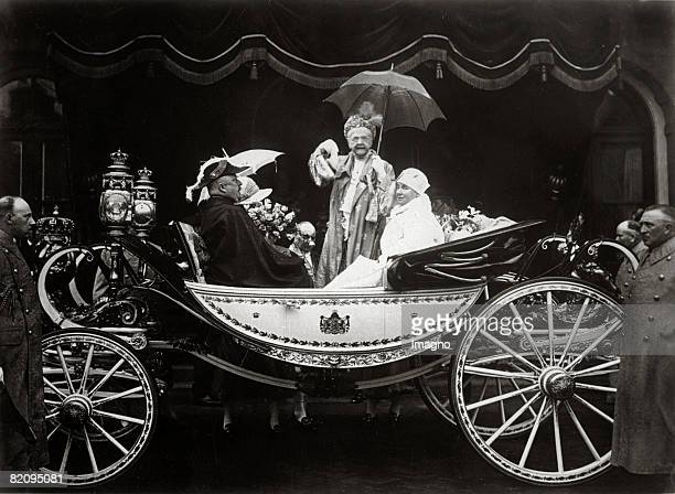 Queen Mother Emma of the Netherlands is greeting Next to her Queen Wilhelmina and prince consort Heinrich Photograph 1929 [Knigin Mutter Emma grt aus...