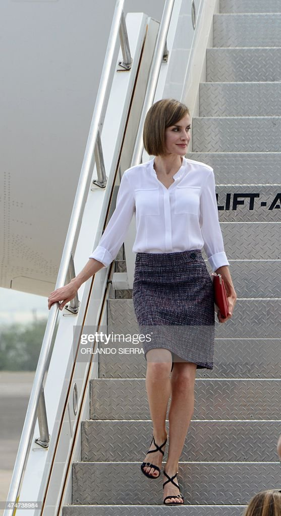 Queen of Spain Letizia Ortiz gets off a Spanish Air Force plane at Palmerola air base, in Comayagua department, 80 km north of Tegucigalpa on May 25, 2015. Queen Letizia started Monday a two-day visit to Honduras to supervise Spanish cooperation programs in the country. AFP PHOTO / Orlando SIERRA