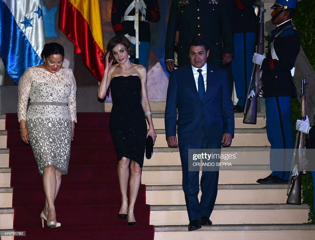 Queen of Spain Letizia Ortiz (C), Honduran President Juan Orlando Hernandez (R) and Honduran First Lady Ana Garcia de Hernandez (L) at the presidential palace in Tegucigalpa on May 25, 2015. Queen Letizia starts a two-day visit to Honduras to supervise Spanish cooperation programs in the country. AFP PHOTO / Orlando SIERRA