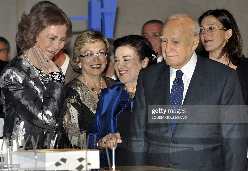Queen of Spain, Sophia (L) and Greek president, Carolos Papoulias (R) look at an exhibit during the inauguration of the Contemporary Spanish Architecture exhibition at the Athens National Sculpture Museum (Athens Glyptoteca) on May 20, 2010.