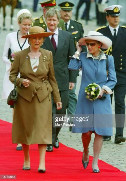 Queen Paola of Belgium and Queen Sonja of Norway walk the red carpet May 20 2003 in Brussels Belgium King Harald and Queen Sonja of Norway are in...