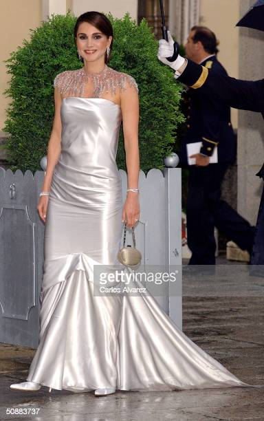 Queen Rania Al Abdullah of Jordan arrives to attend a gala dinner at El Pardo Royal Palace on May 21, 2004 in Madrid, Spain. Spanish Crown Prince...