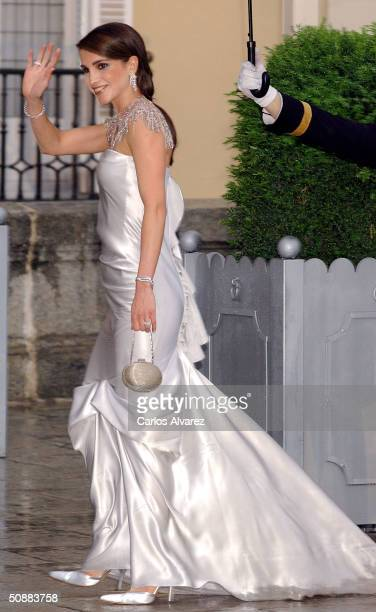 Queen Rania Al Abdullah of Jordan arrives to attend a gala dinner at El Pardo Royal Palace on May 21 2004 in Madrid Spain Spanish Crown Prince Felipe...