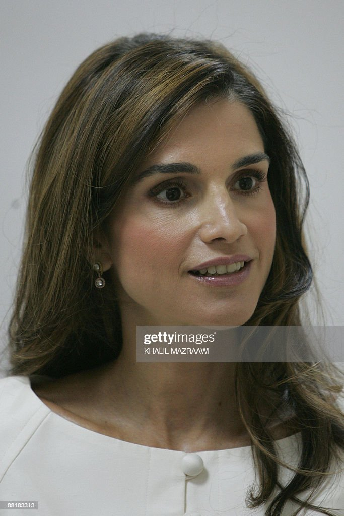 Queen Rania of Jordan speaks attends the : News Photo