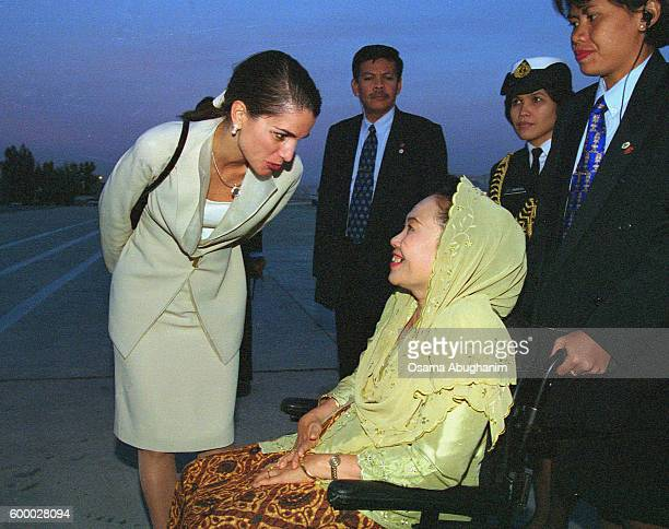 Queen Rania with Akbar Tanjung wife of the Indonesian President Abdurrahman Wahid