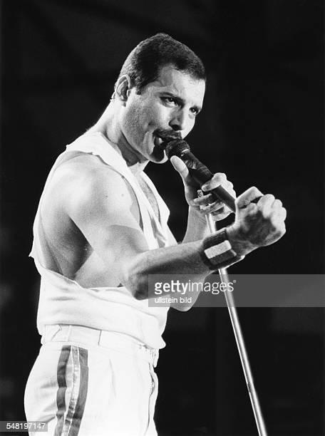 Queen Rockband GB Saenger Freddie Mercury bei eim Konzert in der Koelner Sporthalle