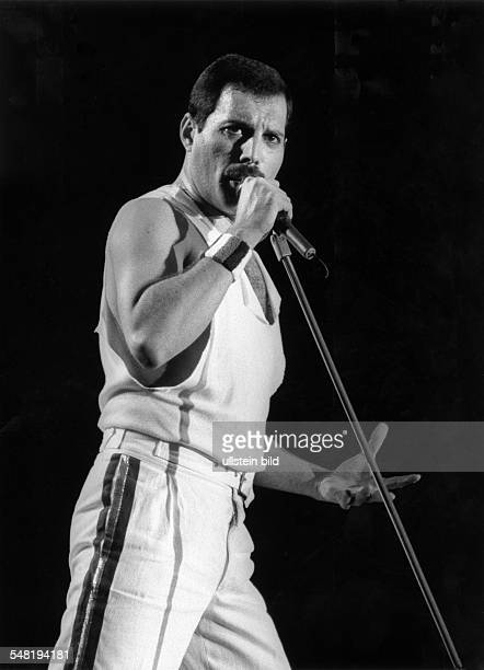Queen Rockband GB Saenger Freddie Mercury bei einem Konzert im Muengersdorfer Stadion in Koeln