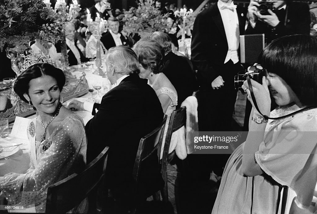 Queen Silvia Of Sweden At The Nobel Prize Banquet In 1976 : ニュース写真