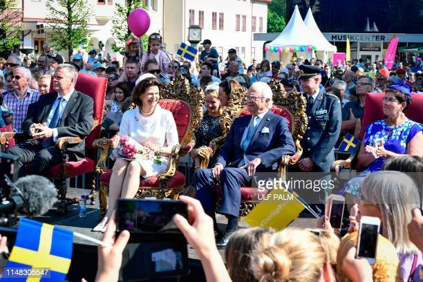 Queen Silvia of Sweden and King Carl XVI Gustaf of Sweden toghether with the Governor of Dalarna Ylva Thorn and her husband Lasse Thorn sit on chairs...