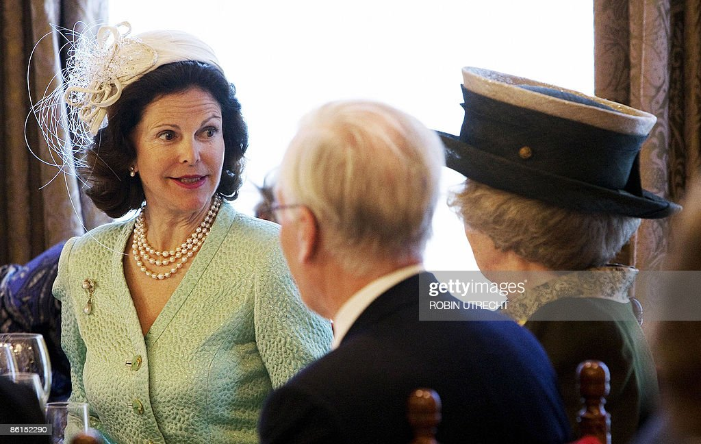 Queen Silvia of Sweden (L) speaks with Q : News Photo