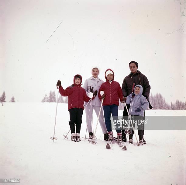 Queen Sirikit And King Bhumibol On Winter Sports In Gstaad Gstaad hiver 1961 Lors de leur séjour portrait de la famille royale de Thaïlande la reine...