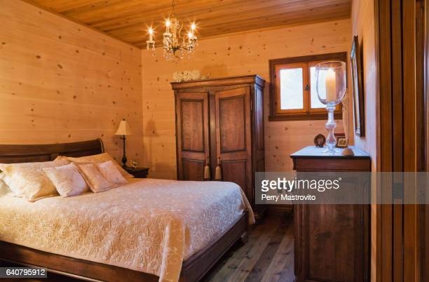 queen size bed on wooden frame - oreiller geant photos et images de collection