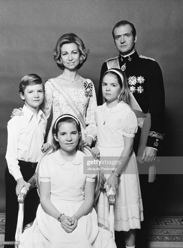 Queen Sofia and King Juan Carlos of Spain with their children, from left to right: Infante Felipe, Infante Elena and Infante Cristina. | Location: Madrid, Spain.