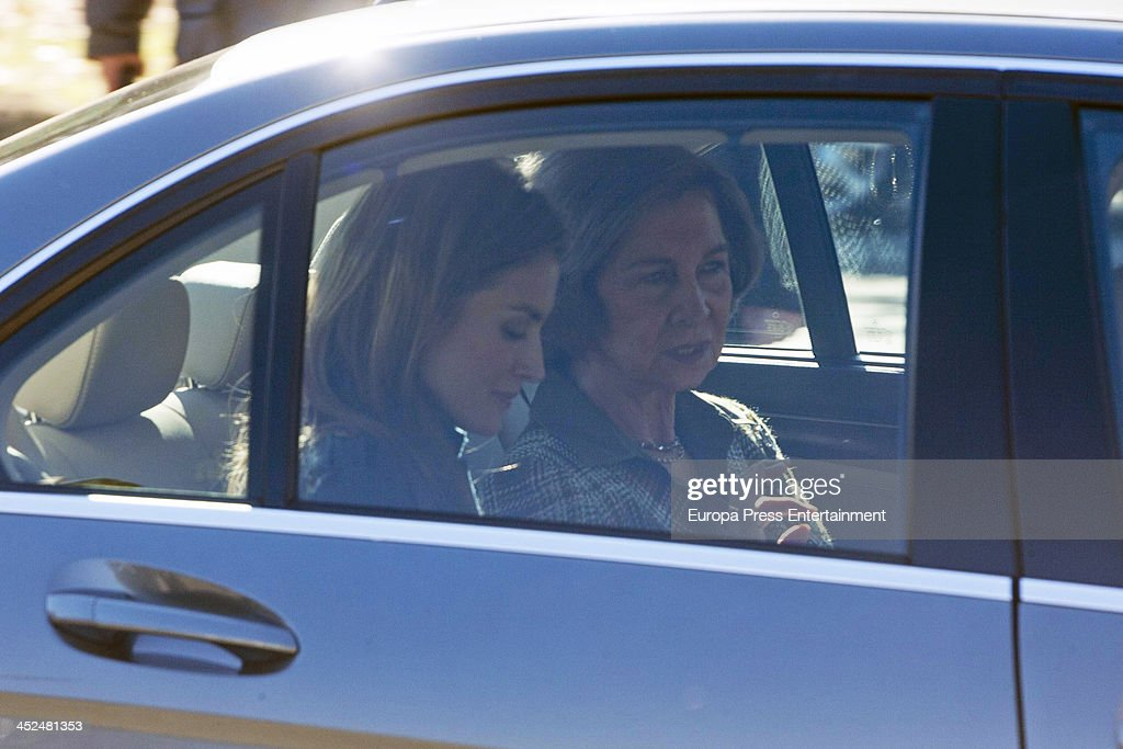 Queen Sofia and Princess Letizia of Spain Attend Rastrillo 'Nuevo Futuro' : Fotografía de noticias