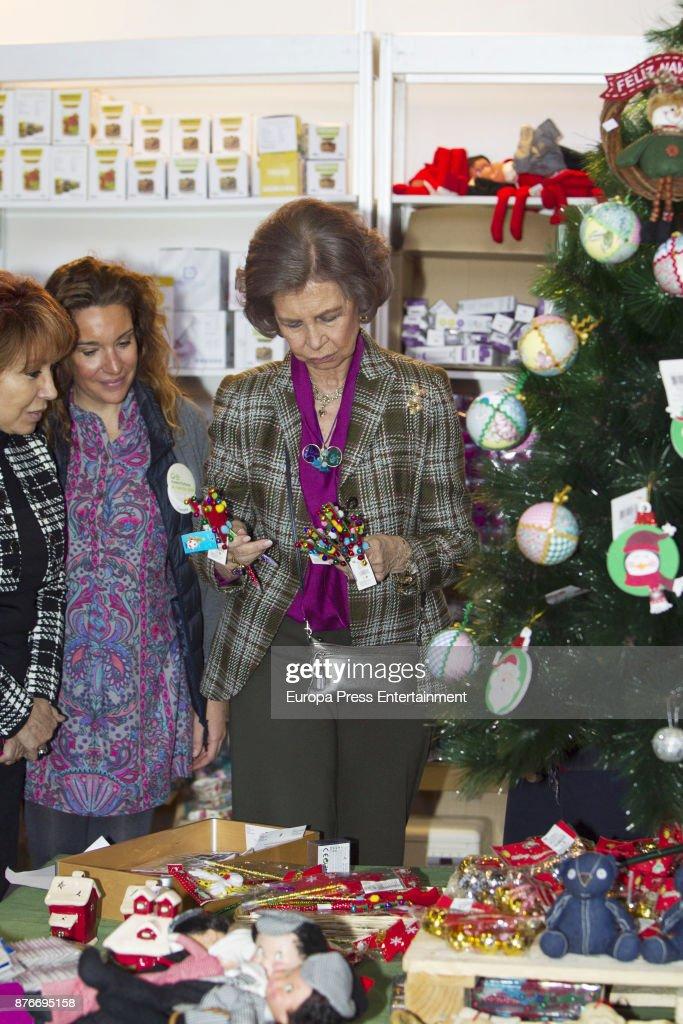 Queen Sofia (R) attends the charity market 'Rastrillo Nuevo Futuro' on November 20, 2017 in Madrid, Spain.