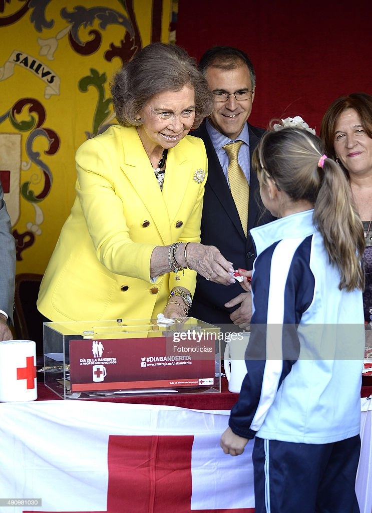 Queen Sofia (L) attends the Red Cross Fundraising Day on October 2, 2015 in Madrid, Spain.