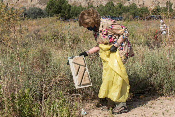 ESP: Queen Sofia Joins A Collaborative Collection Of Waste Left In Nature