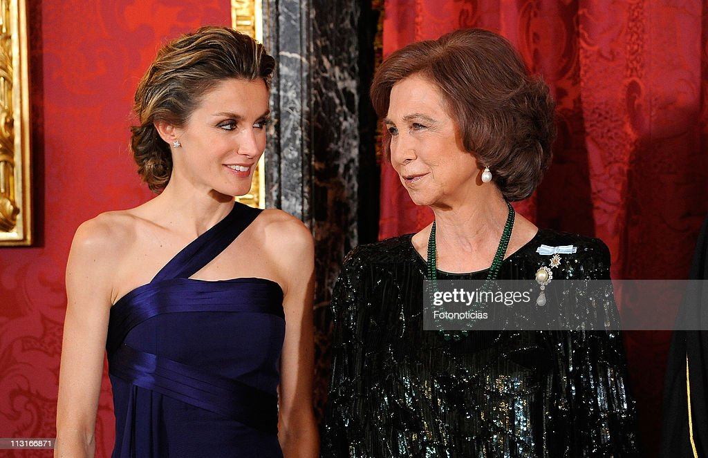 Queen Sofia of Spain (R) and Princess Letizia of Spain attend the Gala Dinner in honour of the Emir of the State of Qatar and Sheikha Mozah Bint Nasser at The Royal Palace on April 25, 2011 in Madrid, Spain.