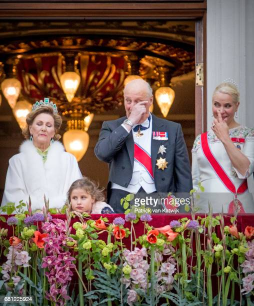 Queen Sonja King Harald Emma Tallulah Behn and Crown Princess MetteMarit of Norway attend the official Gala dinner at the Royal Palace on May 9 2017...