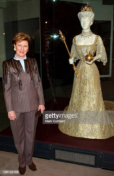 Queen Sonja Of Norway Visits The V&A Museum Preview Of Style & Splendour: Queen Maud Of Norway'S Wardrobe 1896-1938.Where She Stood Next To Queen...