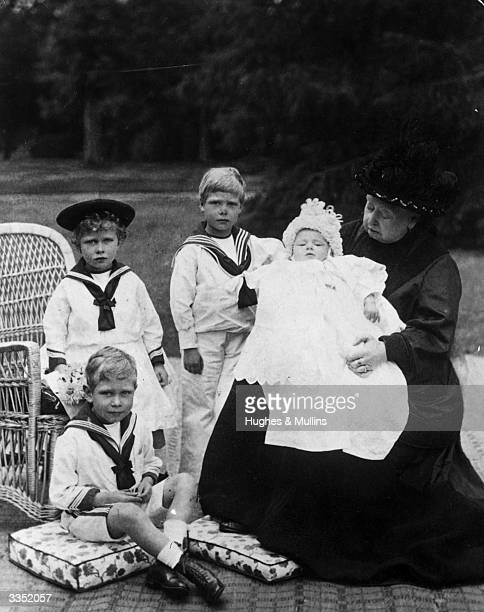 Queen Victoria at Osborne House on the Isle of Wight with her greatgrandchildren children of the Duke and Duchess of York They are Princess Mary...