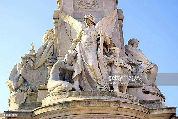 queen victoria memorial by buckingham palace - queen victoria stock pictures, royalty-free photos & images