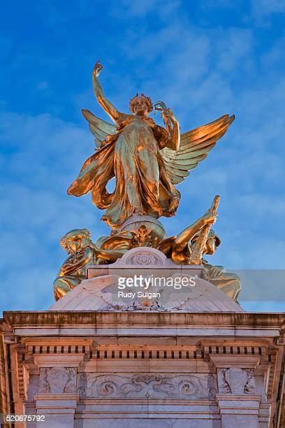 queen victoria memorial in front of buckingham palace - queen victoria stock pictures, royalty-free photos & images