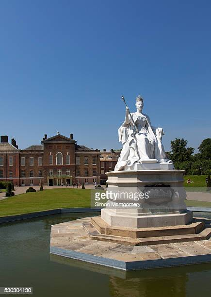 queen victoria statue and kensington palace, kensington gardens, london, england, united kingdom, europe - kensington palace stock pictures, royalty-free photos & images