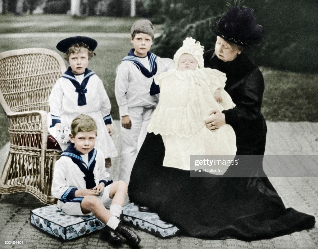 Queen Victoria With Her Great-Granchildren At Osborne House Isle Of Wight 1900 : News Photo
