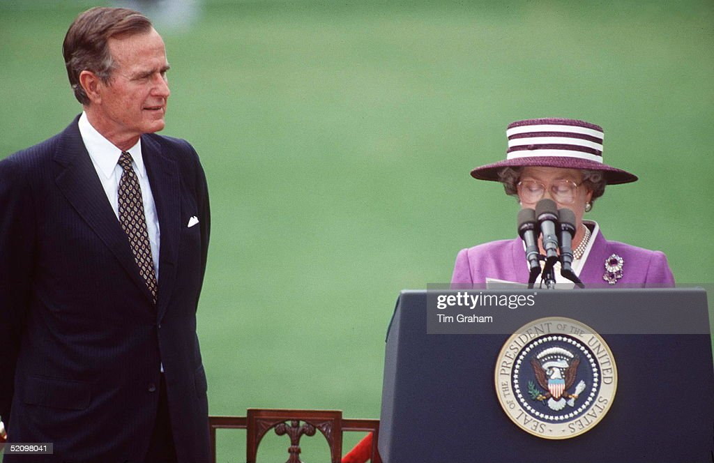 Queen And George Bush Usa : News Photo