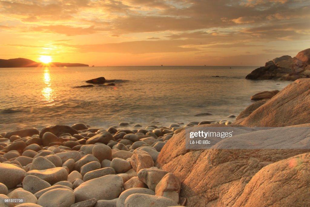 Hơn 3.000 bài thơ tình Phạm Bá Chiểu - Page 20 Queens-beach-a-beatiful-place-in-quy-nhon-city-binh-dinh-province-picture-id981372736