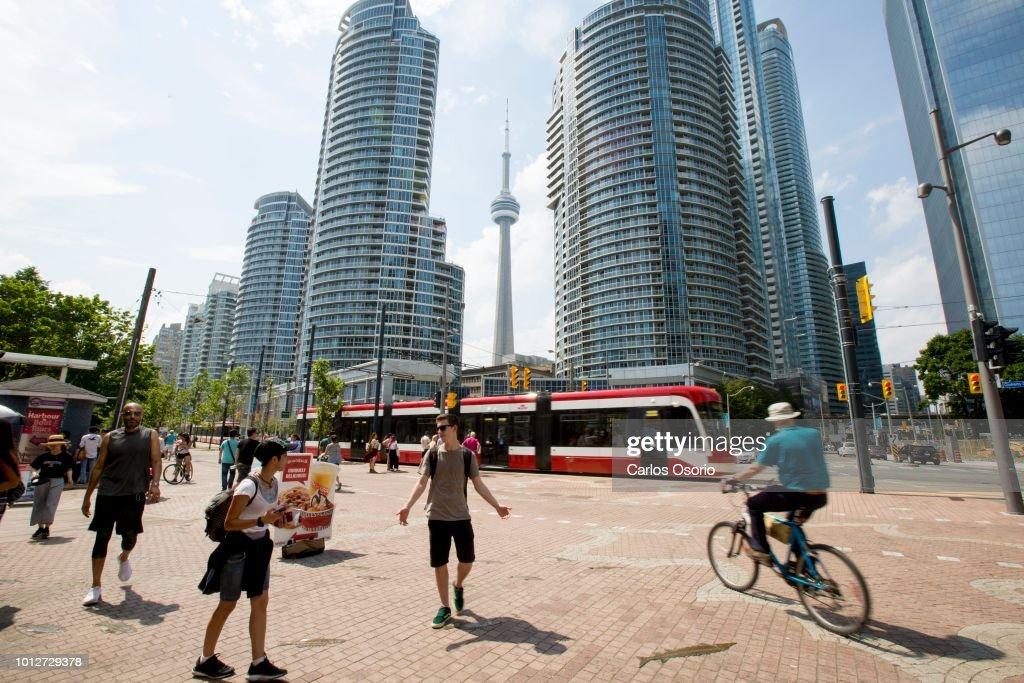 Warm Weather in Toronto : News Photo
