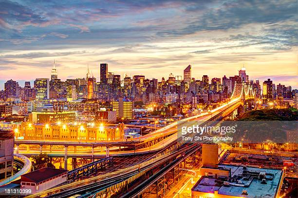 queensboro bridge and manhattan night skyline - queens new york city - fotografias e filmes do acervo