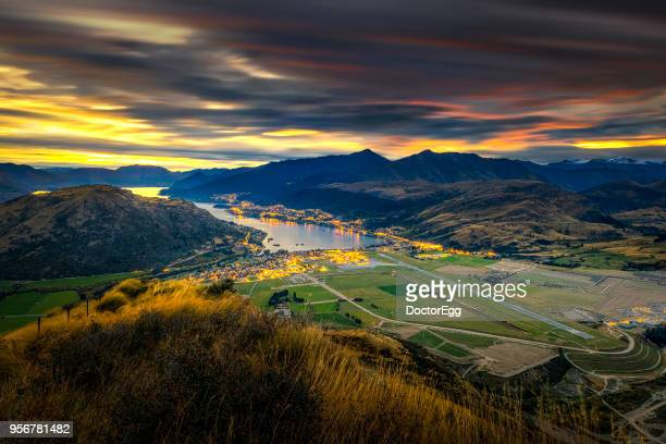 queenstown town and airport in sunset twilight time, new zealand - the remarkables stock-fotos und bilder
