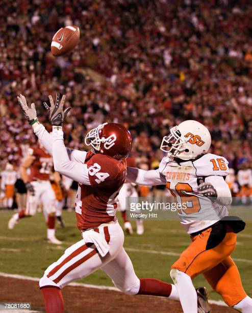 Quentin Chaney of the Oklahoma Sooners catches a touchdown pass against the Oklahoma State Cowboys at Gaylord FamilyOklahoma Memorial Stadium...