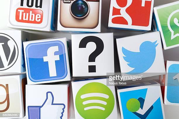 Point d'interrogation et Icônes des médias sociaux