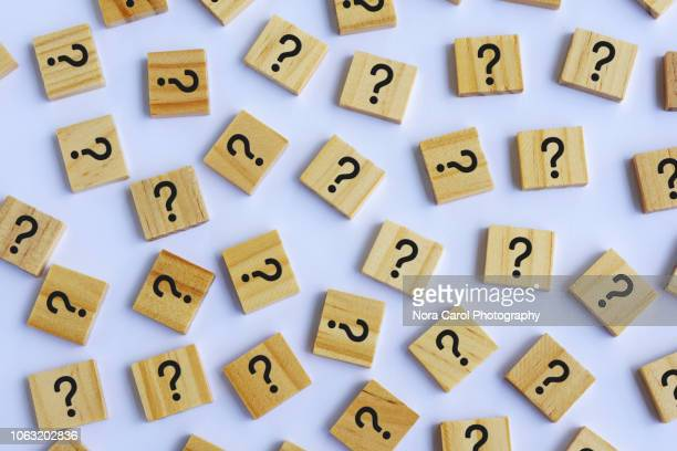 question marks on wooden block white background - beslissingen stockfoto's en -beelden