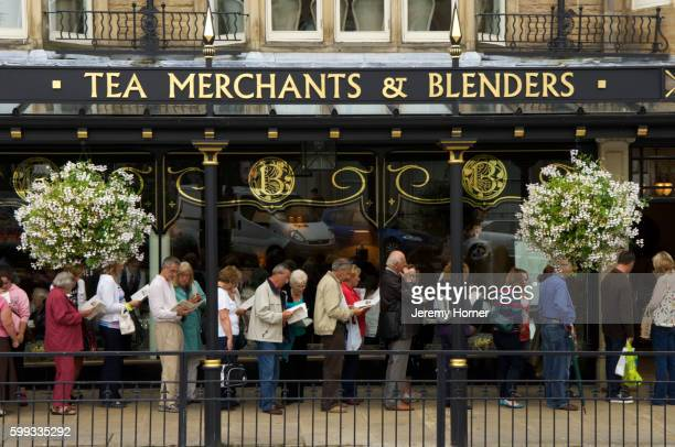 queue for afternoon tea, outside betty's in harrogate, england, uk - ハロゲート ストックフォトと画像