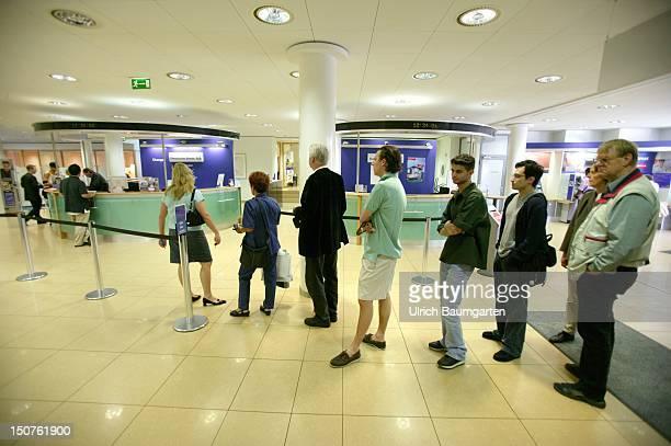 Queue in branch of the Deutsche Bank AG