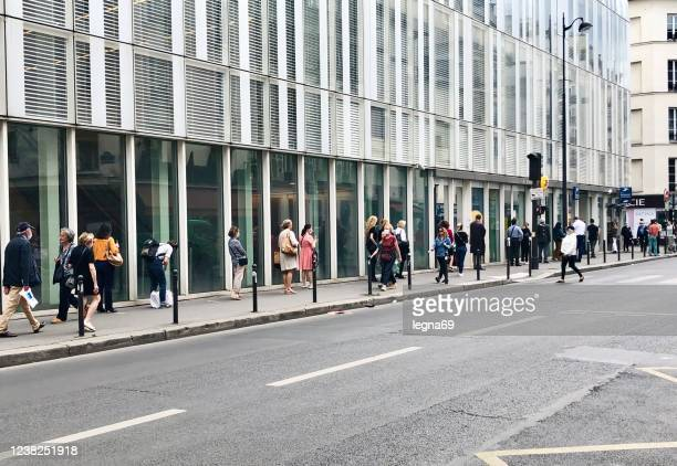 ヨーロッパのパンデミック2020の間にラ・ポステの前に並んでいます。 - 杭 ストックフォトと画像