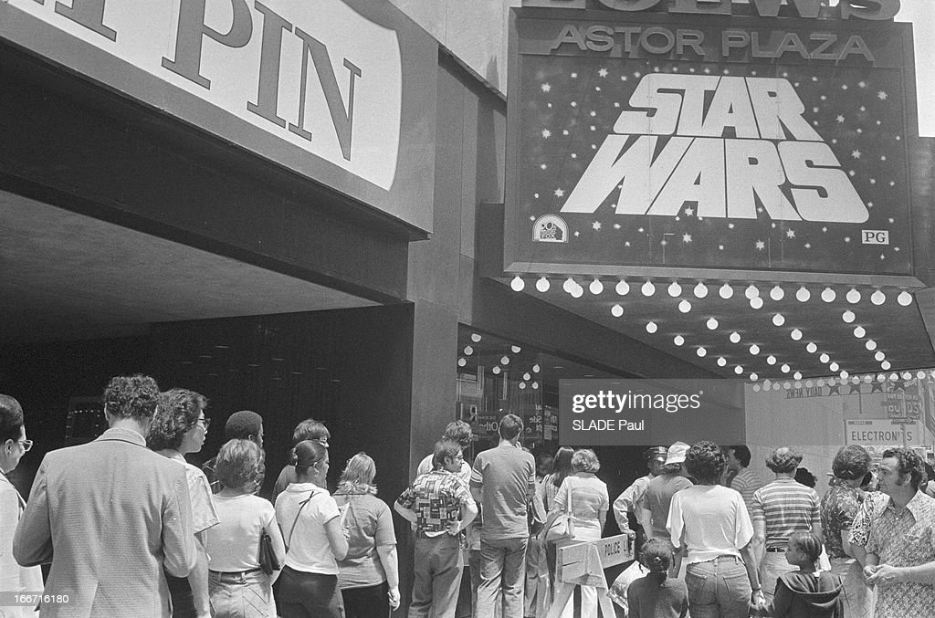 Queue In New York For The Film 'Star Wars' : News Photo