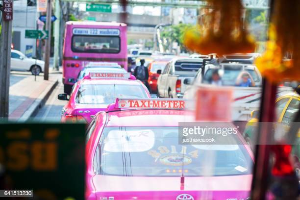 queued traffic jam in bangkok - städtische straße stock pictures, royalty-free photos & images