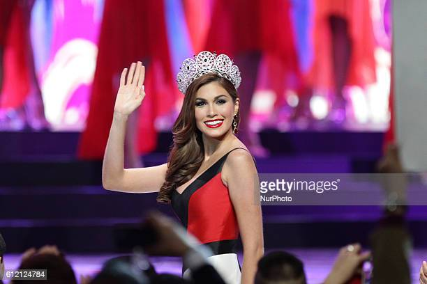 Quezon City Philippines Miss Universe 2013 Gabriela Isler of Venezuela waves to the crowd during the coronation night of the 2014 Binibining...